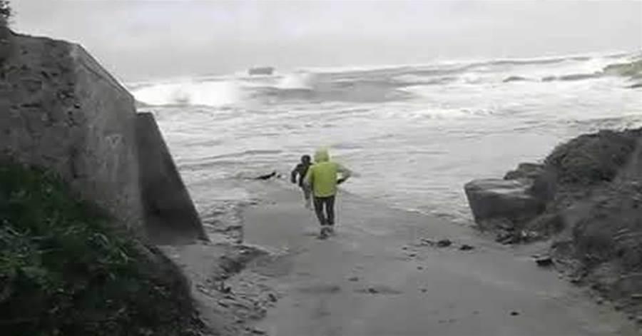 流さ 津波 瞬間 閲覧 注意 人 れる が
